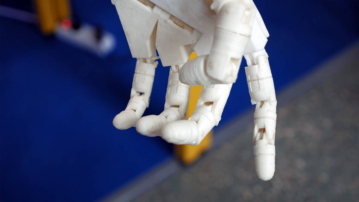 Dieser robotische Arm dient als Prothese. In Zukunft können Symbiosen aus Mensch und Maschine vielmehr als Erweiterung denn als Ersatz dienen.