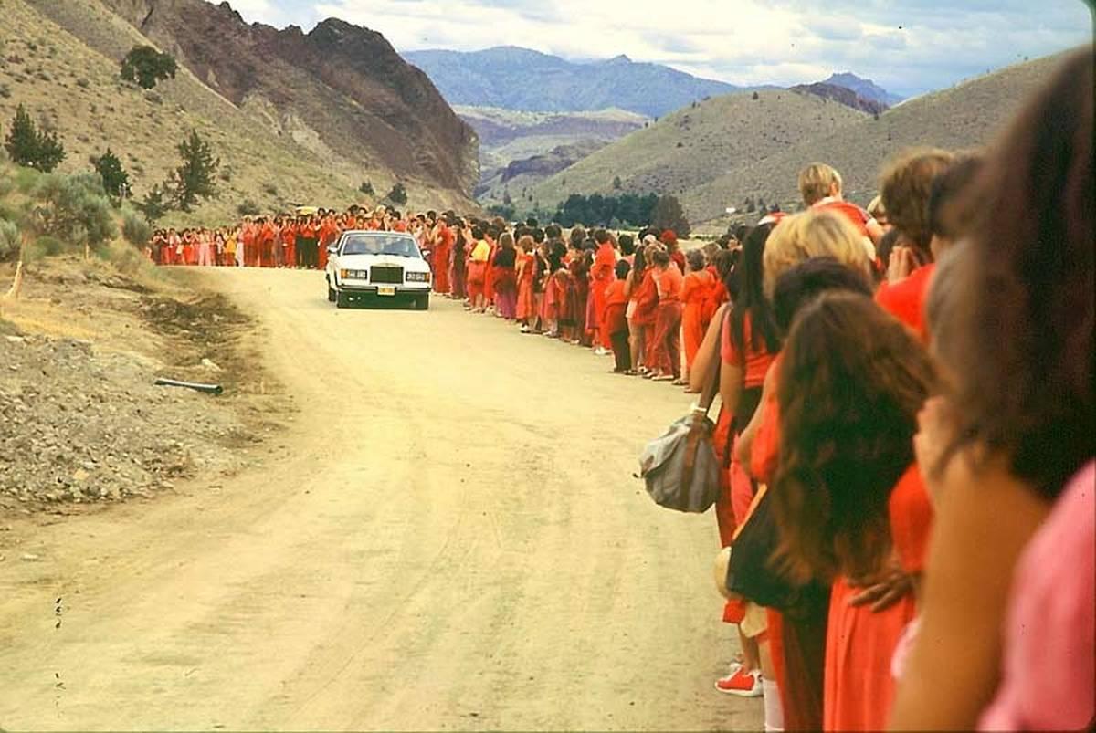 """Bhagwan wird auf einem seiner täglichen """"Drive-bys"""" von am Straßenrand auf ihn wartenden Sannyasins gegrüßt. - Foto: Samvado Gunnar Kossatz"""
