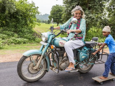 Ramkesh Adivasi hält sich an Ulrike Reinhards Motorrad fest. Foto: Vicky Roy