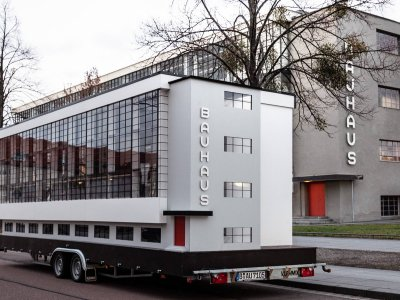 Wohnmaschine von Van Bo Le Mentzel  vor dem Bauhaus in Dessau, 02.01.2019, Foto: Mirko Mielke