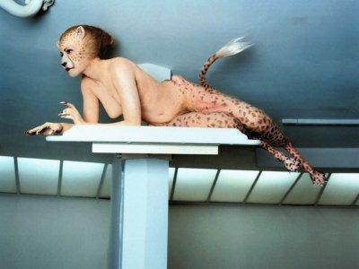 Schauspielerin Aimee Mullins, die seit frühem Kindesalter auf Prothesen läuft,