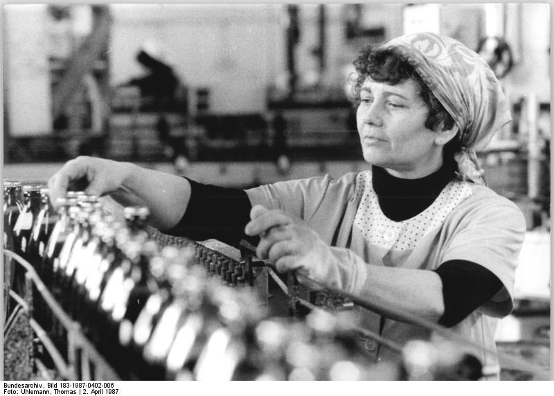 Fließbandarbeit einer Industriearbeiterin im Getränkekombinat in Magdeburg. Foto: Thomas Uhlemann.