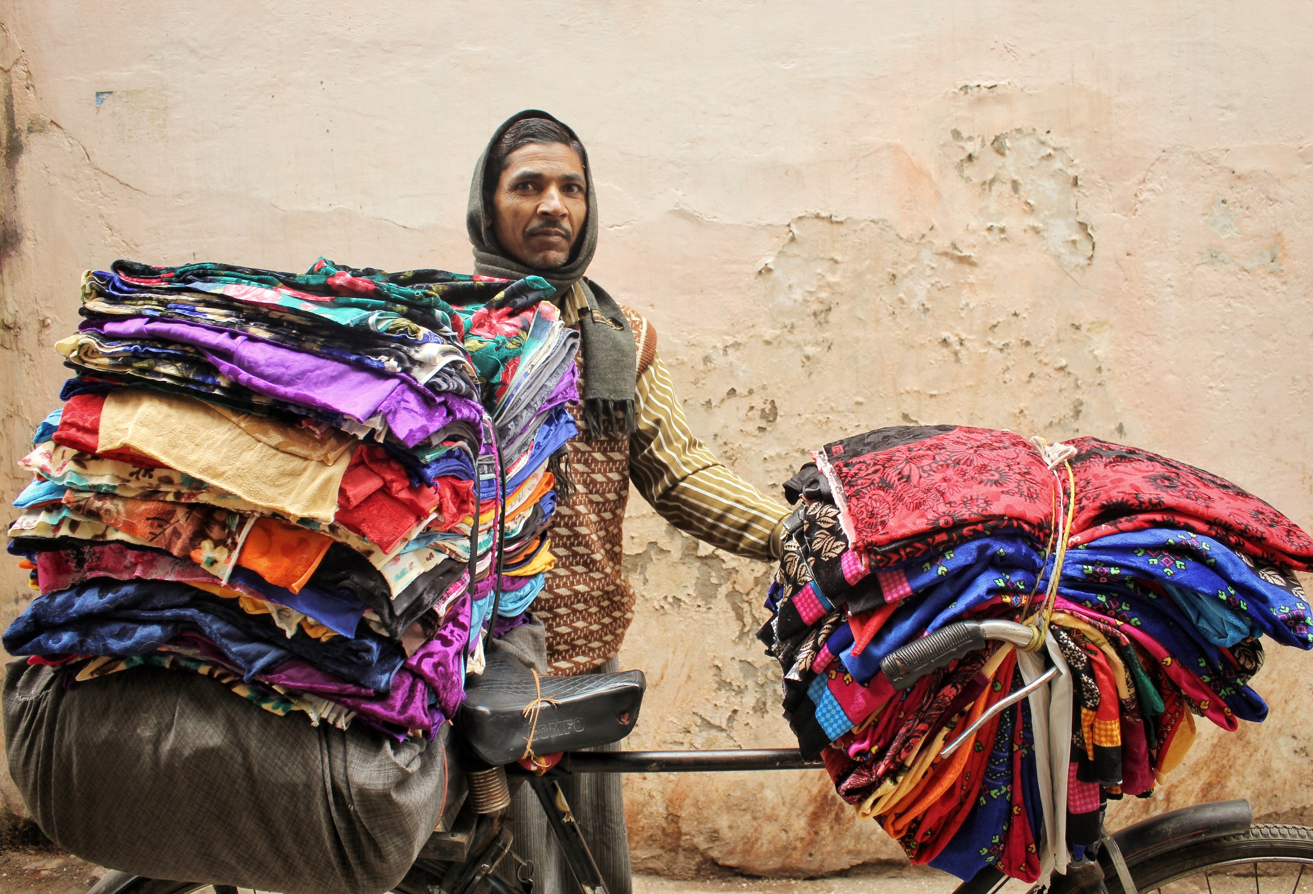 Ein Stoffhändler auf dem Weg zur Arbeit in Varanasi, Indien. Foto: Sujith Devanagari.