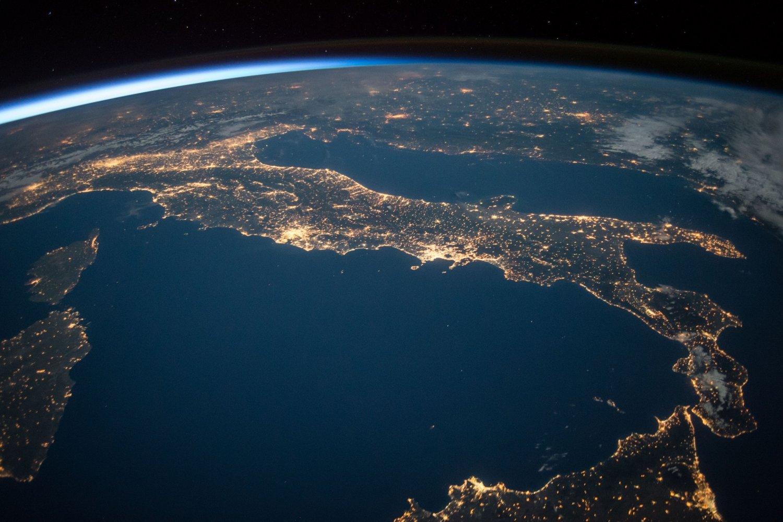 Das Internet ermöglichte globale Vernetzung, mit der Digitalisierung sollte die Welt zum globalen Dorf werden. Foto: NASA.