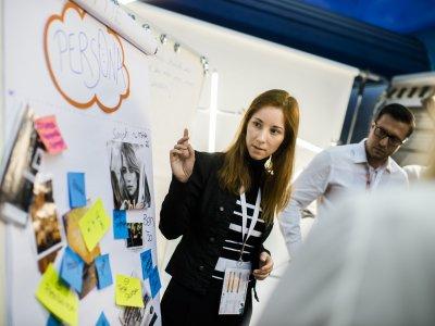 Gemeinsames Brainstormen von Ideen während des Wirtschaftsfestivals