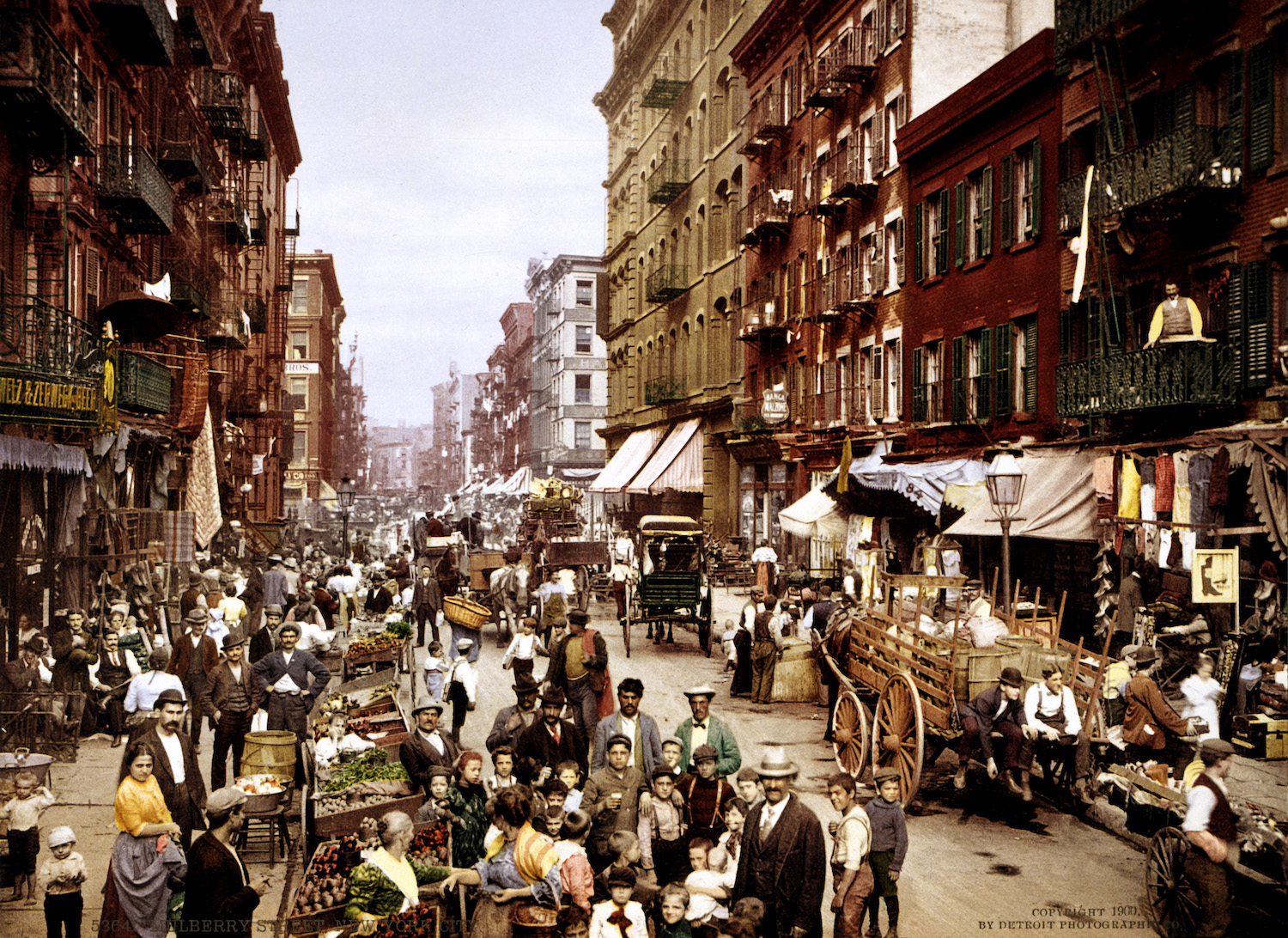 New York war lange Zeit der Silberstreifen am Horizont für Flüchtlinge aus aller Welt. Noch heute spürt man hier die multikulturellen Einflüsse. Foto: Mulberry Street NYC, Detroit Publishing Co., Library of Congress, gemeinfrei.