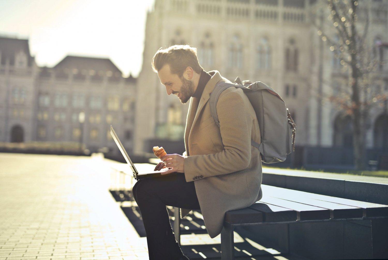 Remote Work – wie eine Beziehung auf Distanz, nur eben mit dem Arbeitgeber. Foto: Bruce Mars via Pexels.