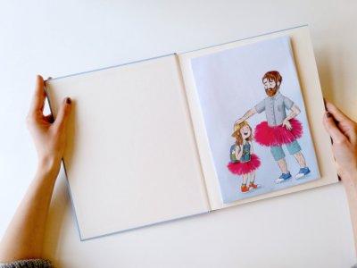 LGBTQ*-Kinderbücher helfen Kindern, ihren Horizont zu erweitern und zeigen ihnen, dass es nicht nur eine Weise gibt, wie man leben kann. Foto: Redaktion. Illustration: Community Editions / Bastei Lübbe