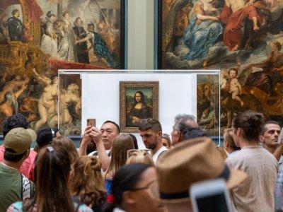 Wer schon einmal versucht hat, im pariser Louvre die Mona Lisa zu betrachten, hat sie vermutlich lediglich durch eine Handykamera erblicken können. Foto: Rumman Amin.