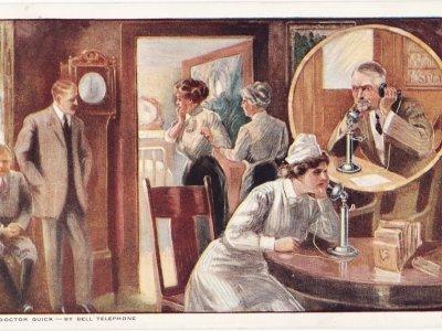 Diese Postkarte von 1910 war eine Werbemassnahme für das Telefon. Damals musste der Arzt immer einen Hausbesuch abstatten um sich über den Zustand, des Patienten zu informieren.