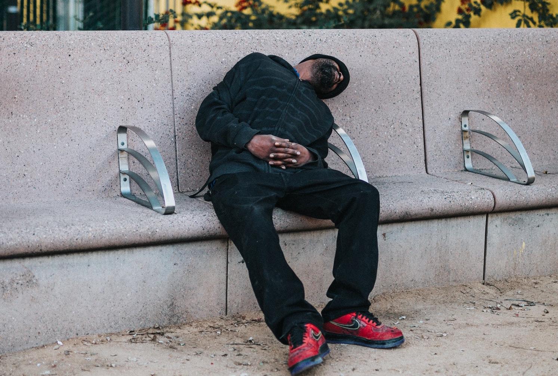 Bequem ist anders – diese Sitzgelegenheit in Downtown Los Angeles wurde nicht zum Schlafen gestaltet.Foto: Tyler Nix.