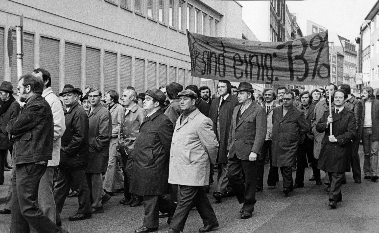 Organisierte Gewerkschaften, anständige Löhne, Arbeitsschutz: Das sind alles Errungenschaften des letzten Jahrhunderts. Es hat sich seit den Weberaufständen einiges getan, aber reicht das? Foto: Protestmarsch der Drucker und Setzer in Köln während des Streiks der Gewerkschaft IG Druck und Papier, 1973,  von Monster4711 via Wikimedia Commons, gemeinfrei.